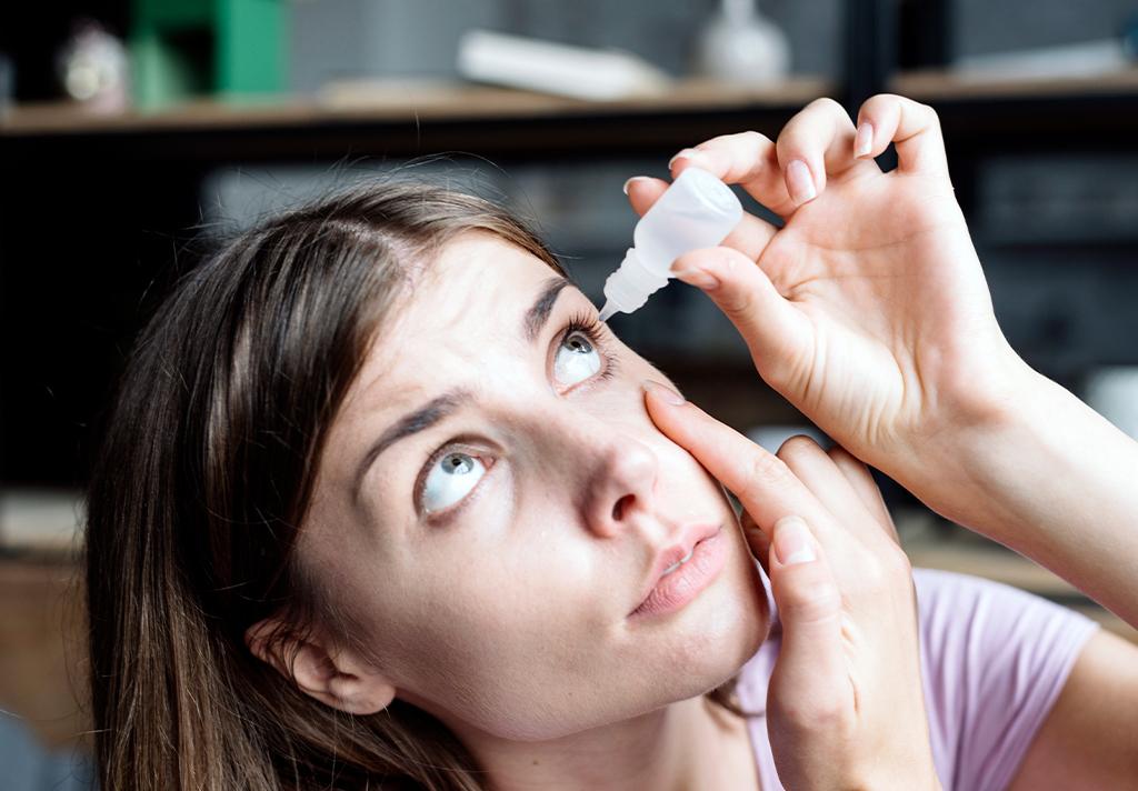 fotografía persona aplicándose gotas en los ojos