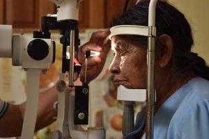 Fotografía de uno de nuestros doctores atendiendo un paciente revisando su ojo