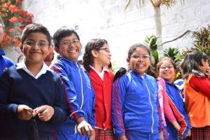 Fotografía de alumnos de una escuela beneficiados por el programa social ventanitas de luz