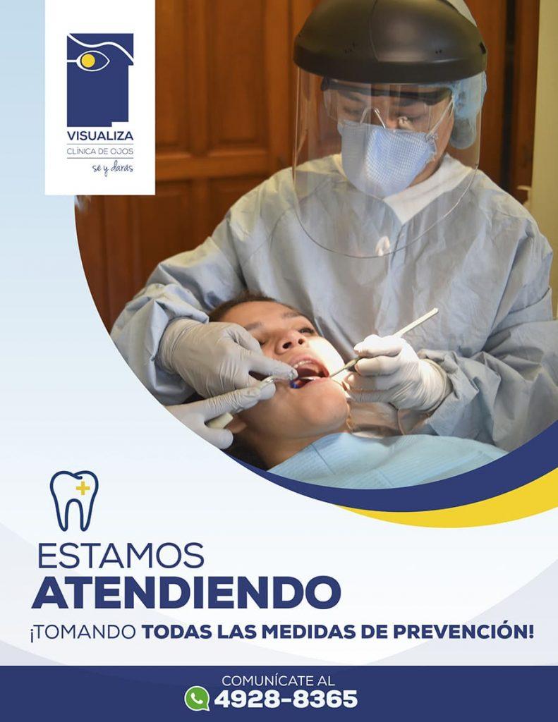 Fotografía de nuestra cirujana dentista atendiendo a un paciente, logo de visualiza en la parte superior izquierda abajo el grafico de un diente, texto: estamos atendiendo tomando todas las medidas de prevención comunícate por WhatsApp al 49 28 83 65