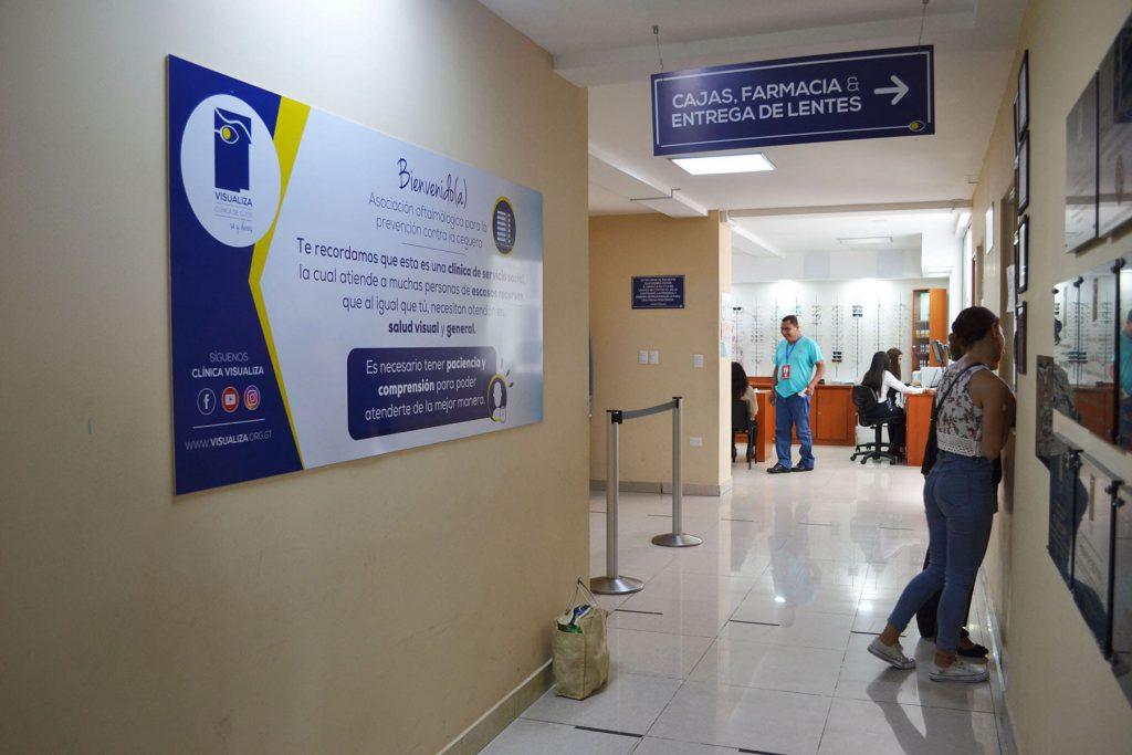 Fotografía del tercer nivel de nuestra clínica social pacientes pagando su consulta en caja y farmacia y al fondo se ven pacientes siendo asesorados para la compra de sus lentes