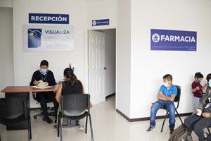 Fotografía de Recepción clínica de san marcos, colaborador tomando datos a pacientes mientras los demás pacientes esperan su turno para ser atendidos