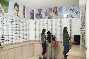 Fotografía Óptica Clínica de San Marcos, pacientes viendo cuales son los lentes que mas les gustan.