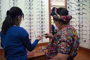 fotografía de Óptica de clínica de Quetzaltenango, paciente tratando de elegir aros