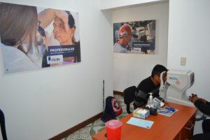 Fotografía del centro de visión Chimaltenango un paciente esta siendo atendido por un colaborador en el área de preparación