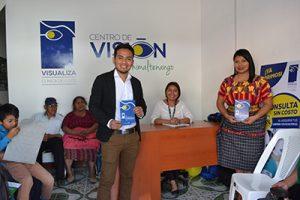 Fotografía del centro de visión de Chimaltenango, recepción con colaboradores y pacientes posando para la fotografía.