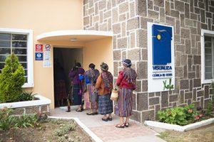fotografía entrada a la clínica de Quetzaltenango, pacientes realizando cola para poder ingresar al área de recepción