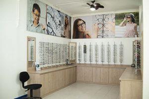 Fotografía del interior de la óptica, clínica Sayaxche
